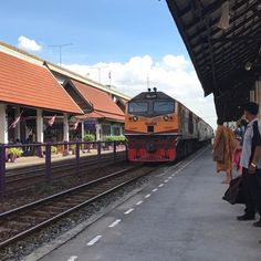 タイの大陸縦断鉄道は大変にガタガタしますこう言った状況も段階を追って日本や中国ドイツなどの様によりスムーズで快適なものに取って替わっていくんだと思います  知っている人も多いと思いますが首都バンコク内を行き来する電車に関してはドイツ製が取り入れられていて既に快適ですね  乗車運賃は日本の約三分の一程です  さて千里の道も一歩から  という言葉がありますが段階的に一歩一歩ステップアップするという過程でしか僕たちは成長することはできません  それは僕たちが生まれてから寝返りやハイハイつかみ立ちを経て歩き走れるようになったのと同じ  赤ちゃんを見ていれば分かるように毎日の全ての出来事が挑戦で泣いても逃げられない世界が生まれて少なくとも45年はありその ツライ 過程を経て  一応の基礎の出来上がった今の僕たちがいます  しかし大きくなるにつれてこのような 昔歩んで来た過酷な道 の先に今の自分があることを忘れて  遅い早いという話ではなくハイハイやつかみ立ちの経験もせず運動会の100メートル走で一番になりたい  と思ってしまうことがあったりします…