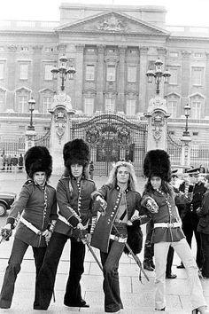 Van Halen in front of Buckingham Palace, 1978 Eddie Van Halen, Alex Van Halen, David Lee Roth, Heavy Rock, Heavy Metal, Michael Anthony Van Halen, Van Hagar, Sammy Hagar, Greatest Rock Bands