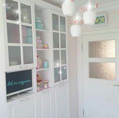 Elif hanımın country (kır evi) stil esintili evinden kareler yayınlamıştık.. Bu zarif beyaz mutfakta küçük değişimler var.. Eski masasını mutfağın stiline daha uygun bir beyaz mutfak masasıyla değişti...