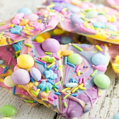 White Chocolate Easter Bark Recipe - Make this super easy, delicious, and adorable White Chocolate Easter Bark recipe in the microwave in just 20 minutes for a fun no bake Easter treat for kids.(Easter Baking For Kids) Easter Deserts, Easy Easter Desserts, Easter Recipes, Dessert Recipes, Spring Desserts, Candy Recipes, Easter Chocolate, Chocolate Bark, White Chocolate