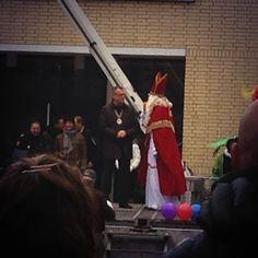 Daar is hij dan, de goedheiligman met zijn Pieten! #Raadhuisplein #Zevenaar #intocht. Zaterdag 16 november 2013. via twitter @Zevenaarder.