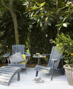 KARWEI | Maak van een beschut hoekje in je tuin een loungeplek met deze heerlijke stoelen #tuininspiratie #karwei