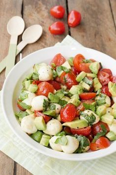 Der Low Carb Salat mit Avocado, Tomaten und Mozzarella ist für mich die perfekte Grillbeilage. Für den Caprese-Salat, der wirklich jedem schmeckt, braucht ihr nur ganz wenige Zutaten und gerade einmal 10 Minuten Zeit.