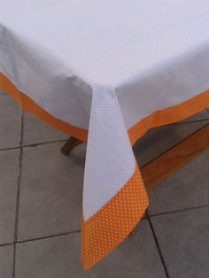 Toalha de mesa, confeccionada em tecido 100% algodão. Barrado dupla com canto mitrado. <br> <br>Dimensões: 1,10 x 1,55 m