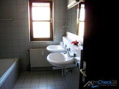 Badezimmer mit Dusche, Badewanne und zwei Waschbecken.