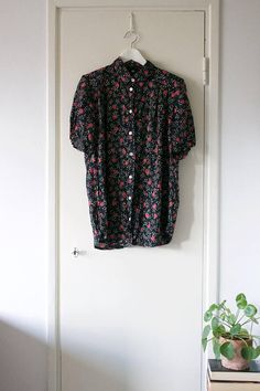 Vintage Black Floral Rose Print Blouse // Short Sleeve Top //
