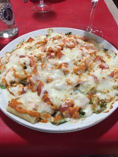 La fontana / ensalada de pasta con lechugas, tomate y queso gratinado