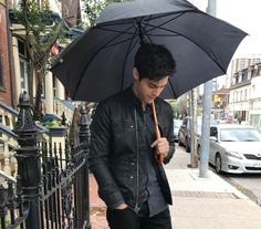 Shadowhunters в Твиттере: «Rainy day vibes. ☔️ Behind the scenes of #ShadowhuntersSeason3.… »