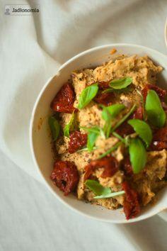 Pasta z ciecierzycy, co nie jest hummusem Pasta z ciecierzycy z czerwoną cebulą w occie balsamicznym i z suszonymi pomidorami