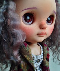This is Liila. Liila means lilac in Finnish. She is a custom Wendy Weekender (FBL mold) Blythe doll. She has a beautiful curly and wild re root by Chantilly Lace in different tones of lilac and lavender. She has 4 pairs of CoolCat chips to match her hair. She will come with a tilt neck Licca body Travels in Sugar Baby Love outfit that you can see in the pictures. Please notice that the props and shoes are not included. She has an open mouth and little teeth. Flaws: One pair of chips have...