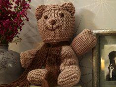 Ist der nicht süß? Über den winterlichen Strick-Teddy mit wärmenden Schal freuen sich nicht nur Kinder. Versprochen!Das braucht ihr