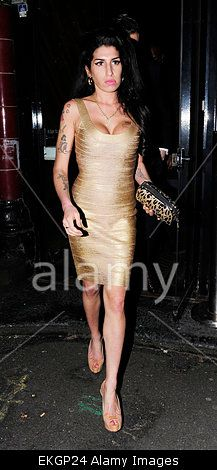20.JUNE.2010. LONDON AMY WINEHOUSE AND NEW BOYFRIEND REG TRAVISS ARRIVING AT PIZZA ON THE PARK ON HYDE PARK CORNER AT 8.00PM TO SEE HER DAD MITCH PERFORM A LOW-KEY GIG BEFORE LEAVING AT 11.00PM. Stock Photo