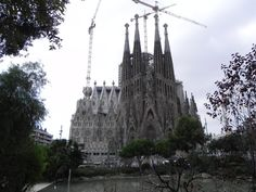 Architecture in Barcelona http://katesjourneys.blogspot.com/2012/10/spain-dia-dos-eating-and-architecture.html