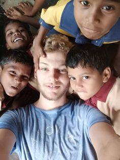 Moskitostiche, Feuerwerk und Federball - mein Alltag in Indien - MEINPLAN.at  Florian arbeitet schon seit 13 Wochen im Kinderdorf Chiguru. Ein Viertel seines Einsatzes mit VOLONTARIAT bewegt in Indien ist bereits vorbei. Wie hat sich der Alltag verändert?  #Indien #volontariat #volontariatbewegt #auslandsjahr #auslandserfahrung #reisen #verreisen #freiwilligendienst #ehrenamt #travel #österreich #austria #helfen #gemeinschaft #solidarität #meinplan_at Ehrenamtliches Engagement, Florian, Couple Photos, Couples, Indian, Community, Fireworks, First Aid, Face