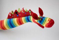 Avec une longue chaussette rayée, vous pourrez bricoler une marionnette de dragon à votre enfant!! Vous aurez le choix de coller les lanières de feutrine coupée pour faire les pics sur le dos du dragon, avec de la colle pour tissus, ou de les coudre
