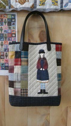 소녀의 감성으로 만들었습니다. 이 가방 들고 나들이 갈까봐요. 사이즈 : 28cm×30cm×4cm Patchwork Bags, Quilted Bag, Bag Patterns To Sew, Quilt Patterns, Small Quilt Projects, Fabric Storage Baskets, Big Bags, Small Quilts, Applique Quilts