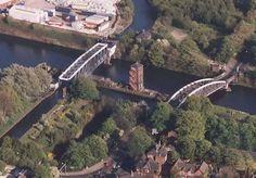 [*- Puentes de agua - Acueducto Oscilante de Barton: un puente de agua móvil en Barton, Manchester, Inglaterra. La acción de balanceo permite que grandes barcos utilicen el Canal de Manchester pasando por debajo y pequeños barcos estrechos pasen por encima. Cuando grandes buques tienen que pasar por el Canal, 1450 toneladas de hierro de 100 metros de largo giran 90 grados. Un puente giratorio similar, pero para el tráfico por carretera, se encuentra al lado del Acueducto Oscilante.]