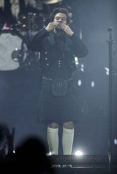 Harry Styles looks stylish in a tiny KILT for eccentric performance in Glasgow Harry Styles Poster, Harry Styles Live, Harry Styles Pictures, Harry Edward Styles, Guys In Skirts, Harry Styles Wallpaper, Mr Style, 1d And 5sos, Lady And Gentlemen