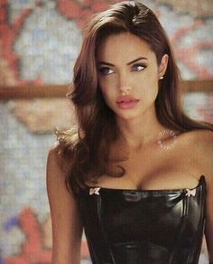 Angelina Jolie is giving us major eyebrow inspiration! Angelina Jolie 90s, Angelina Jolie Hairstyles, Angelina Jolie Plastic Surgery, Pretty People, Beautiful People, Beautiful Pictures, Fotografie Portraits, Mode Rihanna, 90s Hairstyles