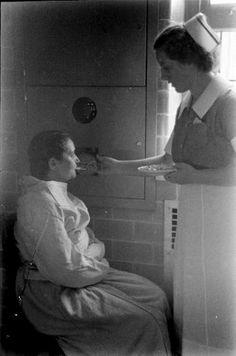 En los años 30, el fotógrafo Alfred Eisenstaedt recogió con su cámara imágenes realistas y muy impactantes acerca de cómo era la vida cotidiana de estos enfermos. Estas personas, hacinadas en grandes edificaciones, eran sometidas contra su voluntad a las terapias de moda de aquella época (lobotomías, coma insulínico...) y, aunque algunas mejoraban (por ejemplo, el electroshock era eficaz en ciertos casos), muchas sufrían daños profundos e irreparables.