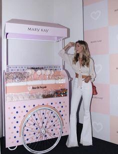 Nati Vozza do Blog de moda Glam4You usou um look branco com calça flare e cropped no evento de beleza da Mary Kay.