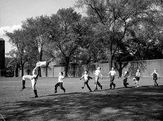"""Fotografia feita em 30 de outubro de 1950 em Ann Arbor, Michigan, Estados Unidos. A fotografia foi considerada pela """"Time/Life"""" e pelo próprio fotógrafo uma das mais felizes da história. Alfred Eisenstaedt cobria uma apresentação da banda sinfônica da Universidade de Michigan quando percebeu um grupo de crianças correndo espontaneamente atrás de um dos membros da banda. Alfred Eisenstaedt, que morreu 1995 e ganhou o status de clássico sobretudo pelo seu trabalho na """"Life"""""""