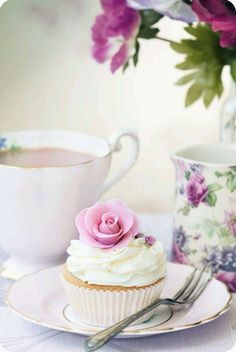 but cupcakes are a must to make the perfect tea time. Well, and tea. Sweet Party, Café Chocolate, Beautiful Cupcakes, Pretty Cupcakes, Yummy Cupcakes, My Tea, Macaron, High Tea, Let Them Eat Cake