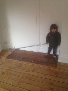 Lille hjælper gør klar til afhøvling af gulve