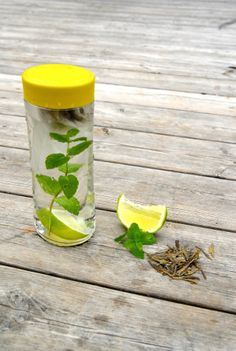 Ice tea without sugar is easy to make by simply adding green tea to cold water and wait for (at least) an hour. Add ice cubes, lime and mint leaves - and voila!