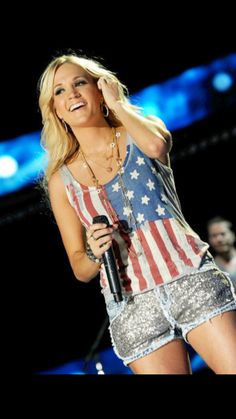 Carrie Underwood - I like her style. You are so Carrie Jamie Lynn Spears, 4th Of July Outfits, Summer Outfits, Cute Outfits, Melissa Mccarthy, Victoria Justice, Tee Shirt Rouge, T Shirt, Flag Shirt