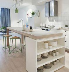 couleur mur cuisine blanche, meubles blancs, îlot de cuisine avec plan de travail en bois et espace de rangement