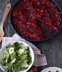 Rote-Bete-Tarte mit Feldsalat mit Haselnüssen