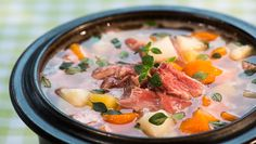 Foto: Paal-André Schwital Cheeseburger Chowder, Soup Recipes, Curry, Food And Drink, Ethnic Recipes, Soups, Reptiles, Delicate, Bon Appetit