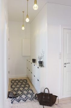 意外に見落としがちな玄関の照明。明るい玄関は風水的にもいい運気を運んでくると言われています。柔らかく明るい光のこのようなペンダントライトがおすすめです。