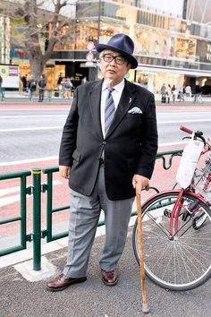 Mr. Toshio Yoshizawa, the founder of Japan's top specialty hat brand CA4LA, on the street in Harajuku today. Even though he is the president of CA4LA, we see Mr Yoshizawa walking around the streets of Harajuku often - and he's always dressed like a gentleman.