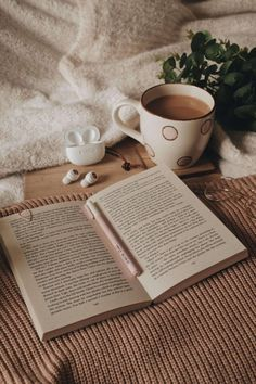 Cozy Aesthetic, Cream Aesthetic, Brown Aesthetic, Aesthetic Vintage, Aesthetic Photo, Aesthetic Pictures, Book Wallpaper, Coffee And Books, Study Inspiration