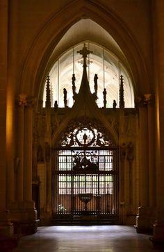 Entre luces... con el juego de espejos que otorga la luz en el interior de la Catedral de Toledo... encontramos su Baptisterio.