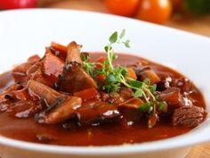 Burgundské hovězí ragú Modern Food, Hungarian Recipes, Stew, Food Porn, Paleo, Food And Drink, Vegetarian, Meat, Red Peppers