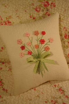 Reserved for Sarah Pink Floral Bouquet Pillow di AThymetoSew Scrap Fabric Projects, Fabric Scraps, Quilting Projects, Sewing Projects, Cushions To Make, Diy Pillows, Throw Pillows, Button Art, Button Crafts