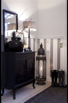 Home Sweet Home Style The gray & white stripes are an elegant touch to the room- they make it look e Style At Home, Grey Striped Walls, Black Walls, Flur Design, Paint Stripes, Gray Stripes, Wall Stripes, Wainscoting, My New Room