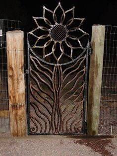 The sunflower gate - love this! My mother would have loved .- The sunflower gate – love this! My mother would have loved it too! The sunflower gate – love this! My mother would have loved it too! Metal Gates, Wrought Iron Gates, Metal Garden Gates, Metal Roof, Watercolor Wallpaper Iphone, Fall Wallpaper, Muebles Estilo Art Nouveau, Rustic Outdoor Decor, Fence Gate