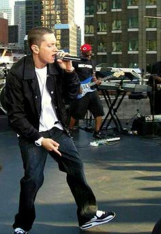 Eminem live singing street. Beautiful and sexy as always, a role model. Love him so much