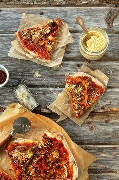 THEE BEST Vegan Pizza!  Sautierten Gemüse, einfache Tomatensauce, viele Veganer Parmesan.  Pizza Perfektion !!  #vegan