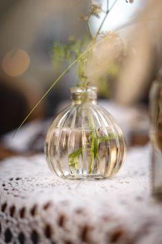 Ce soliflore en verre transparent est de forme vintage, il sera parfait au centre de votre table. Associez-le à d'autres vases de formes et de couleurs différentes pour une décoration de mariage rétro et tendance. Il mesure environ 10cm de haut, ajoutez y 1 ou 2 fleurs et un peu de verdure, votre décoration sera parfaite !