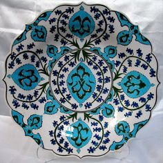Klasik İznik Çinileri Ottoman Classics Nicea Pottery & Tiles Plates Turkish Design, Turkish Art, Turkish Tiles, Plate Wall Decor, Plates On Wall, Painted Plates, Ceramic Plates, Ceramic Painting, Ceramic Art