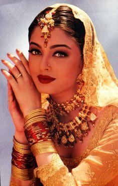 Jav Aur Pyaar Ho Gaya is a 1997 Indian Bollywood film. It starred Bobby Deol and Aishwarya Rai. This is the first Hindi movie for Aishwarya Rai released on August 1997 Vintage Bollywood, Indian Bollywood, Bollywood Fashion, Bollywood Makeup, India Fashion, Look Fashion, Estilo India, Aishwarya Rai Bachchan, Exotic Beauties
