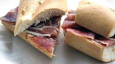 Bocata de jamón.    Bocadillos fríos y calientes, perritos (hot dogs), sándwiches y hamburguesas (burguers).     http://www.maremondo.es/