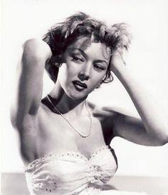 Gloria Grahame qui n'a jamais été tout à fait une Star de premier plan, n'en demeure pas moins l'une des actrices les plus reconnues de son époque. Ses nombreuses apparitions dans les films noirs autant que sa vie sentimentale mouvementée ont contribué...