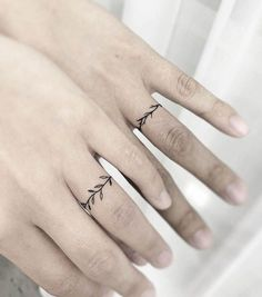 Minimalist matching vine tattoos by @5e_tattoo - Matching finger tattoos for couples Wedding Finger Tattoos, Wedding Band Tattoo, Finger Tattoos For Couples, Finger Tattoo For Women, Cute Couple Tattoos, Small Finger Tattoos, Tattoos For Women, Tattoo In Finger, Wedding Rings