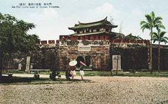 感謝團友 林文碩 分享一張日本時代台灣府城(今台南)大南門的上色照片。 大南門興建於清雍正3年(1725年)又稱寧南門,是目前全國唯一僅存的甕城城門哦~。